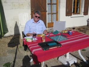 Lunch on the pation, hot weather and a game of scrabble - we're back!